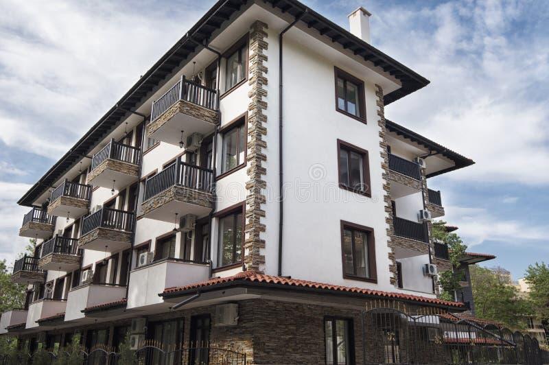 Exterior moderno do edifício Fachada de um prédio de apartamentos moderno Construção complexa do hotel das férias, com a fachada  fotografia de stock