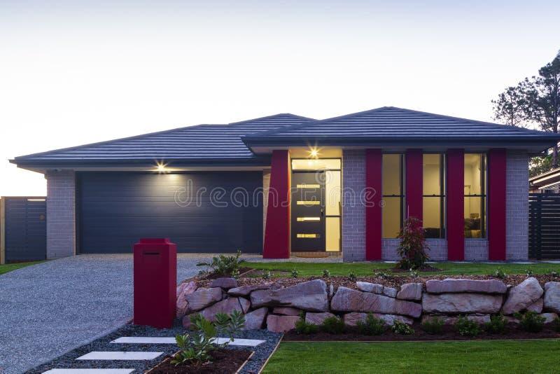 Exterior moderno novo da casa imagens de stock