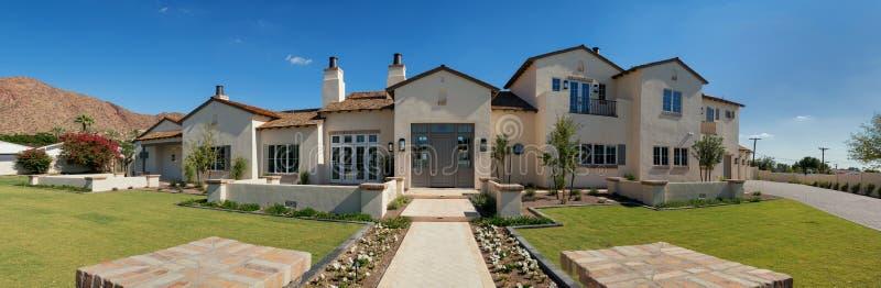 Exterior moderno novo da casa da mansão fotografia de stock royalty free