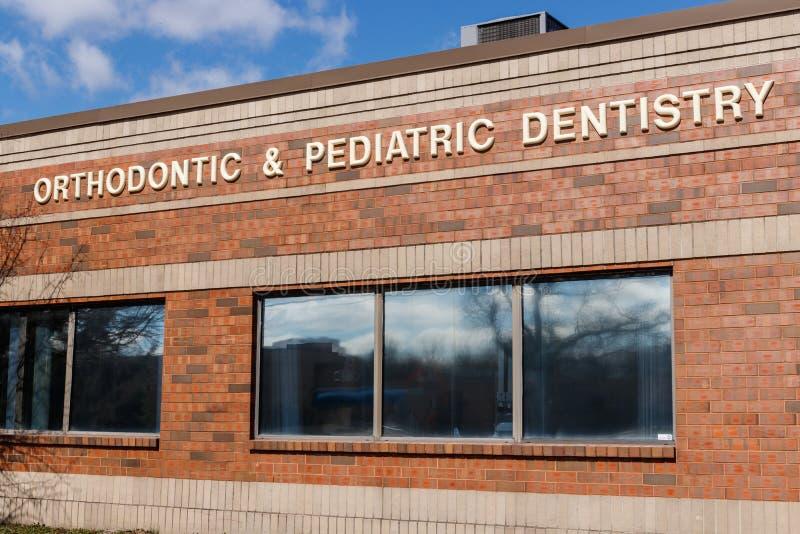 Exterior ortodóntico y pediátrico II de la oficina de la odontología fotos de archivo