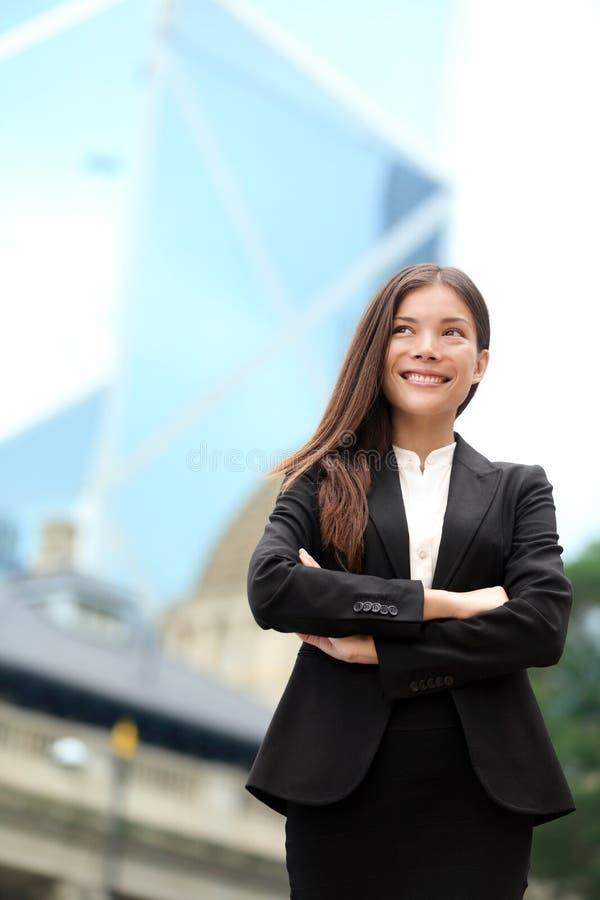 Exterior seguro asiático da mulher de negócio, Hong Kong fotos de stock royalty free