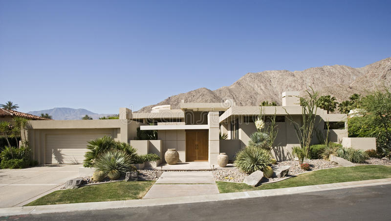 Exterior suburbano moderno da casa foto de stock royalty free
