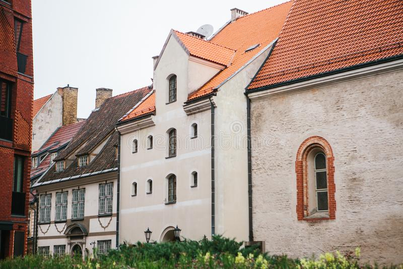 Exterior tradicional das casas em Riga em Letónia Arquitetura europeia fotos de stock royalty free