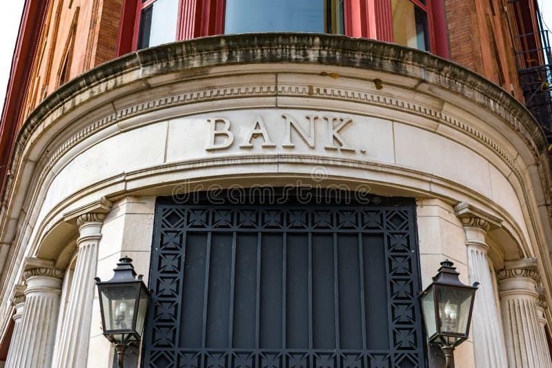 Exterior velho da construção de banco com sinal do banco imagens de stock royalty free