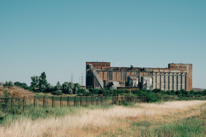Exterior velho da fábrica fotos de stock