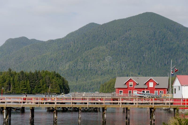 Exterior vermelho das casas no porto perto do cais de Tofino fotografia de stock