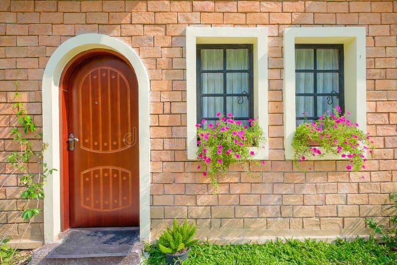 Exterior y Front Door de una casa vieja hermosa foto de archivo