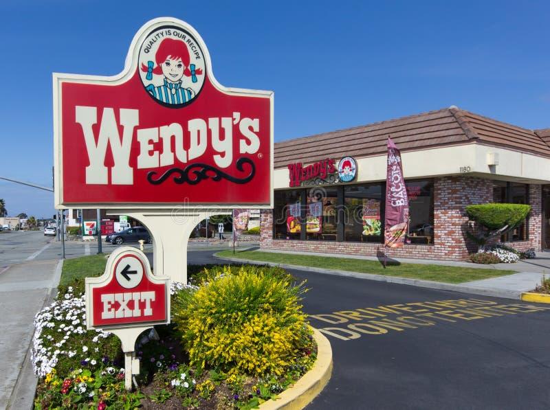 Exterior y muestra del restaurante de los alimentos de preparación rápida de Wendy. imágenes de archivo libres de regalías