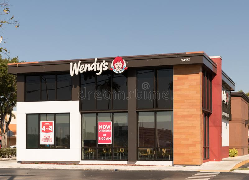Exterior y muestra del restaurante de los alimentos de preparación rápida del ` s de Wendy El ` s de Wendy es la cadena más grand fotografía de archivo libre de regalías