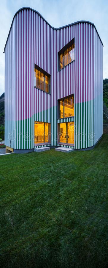Exteriores de la casa del diseño con el jardín foto de archivo libre de regalías