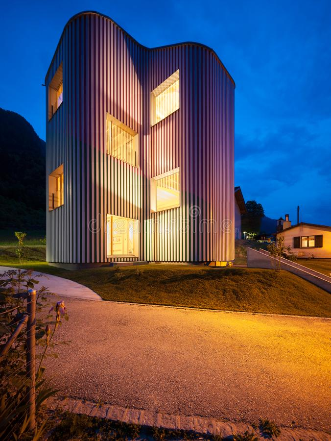 Exteriores de la casa del diseño con el jardín imagen de archivo