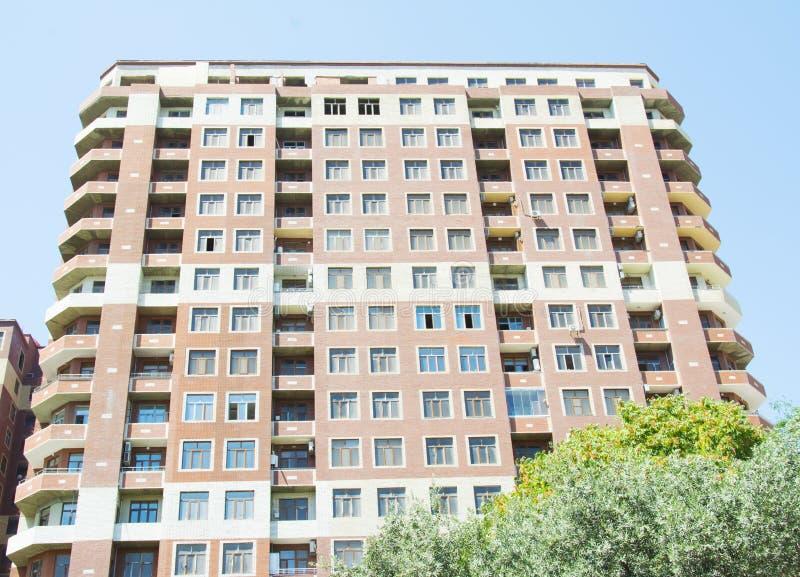 Exteriores modernos de las construcciones de viviendas en día soleado fotos de archivo