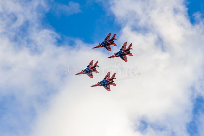 Exterminators в небе над городом стоковые изображения rf