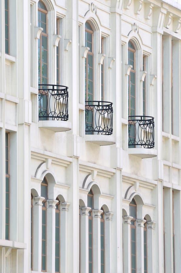 Extern Van De Witte Bouw Met Balkon Stock Fotografie