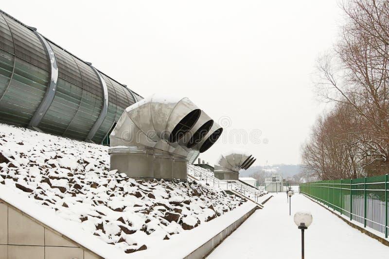 Externe het luchtenruimten van het ventilatiesysteem van een modern gebouw Grote metaalpijpen met roosters Modern ruimte industri stock foto