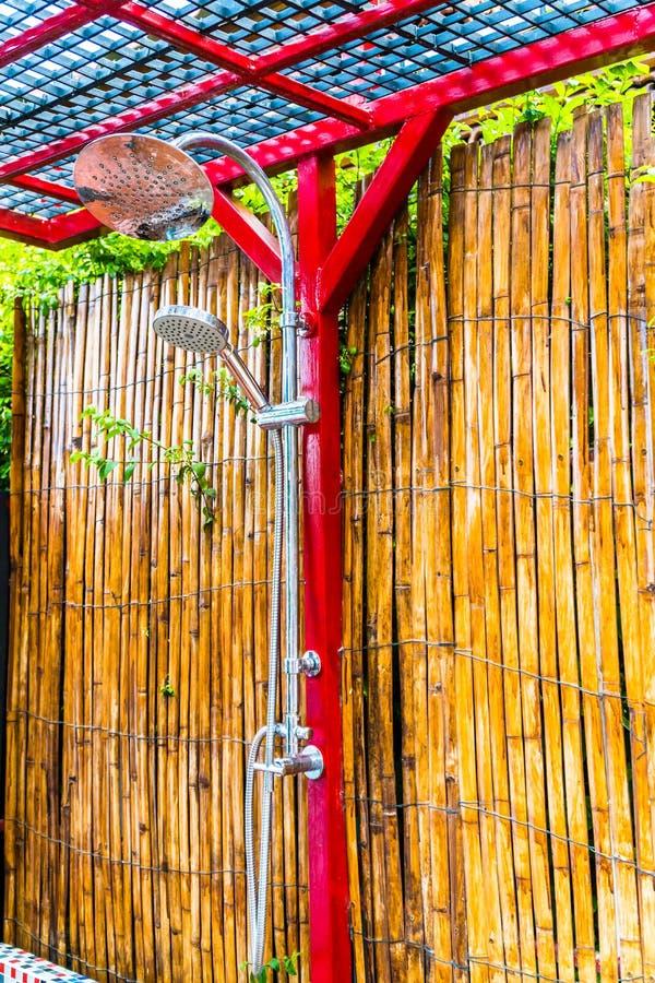 Externe hoofddouche met bamboeachtergrond stock fotografie
