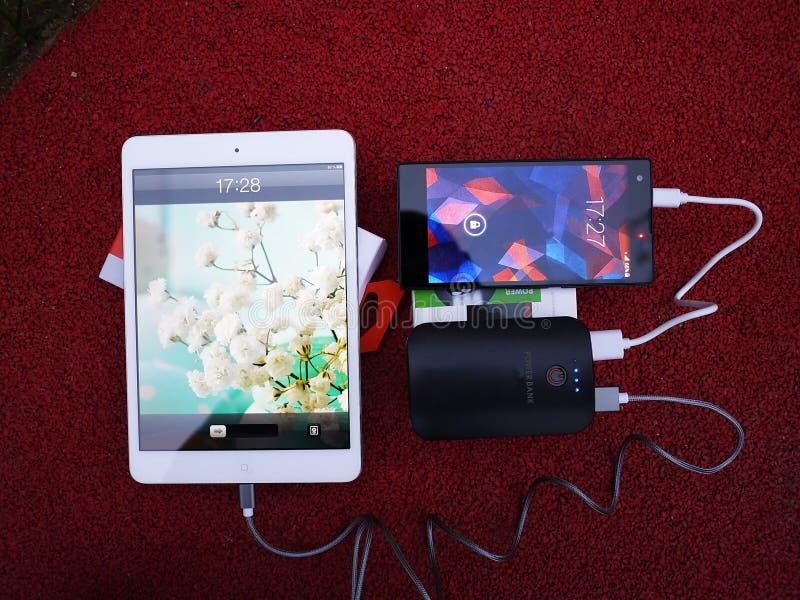 Externe machtsbank voor het laden smartphones en andere apparaten Dien om de batterij aanvulling stock fotografie