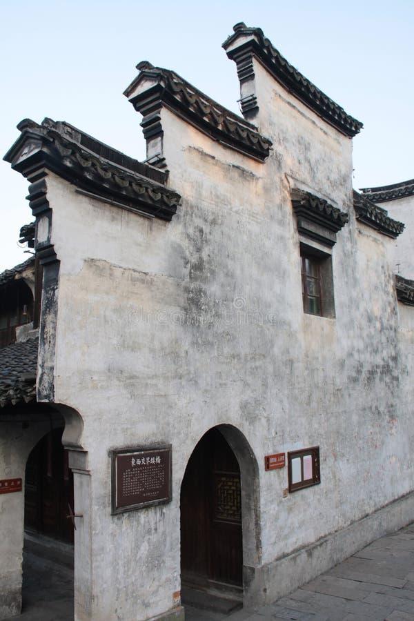 Externe muur van een oud huis in een oude stad stock fotografie