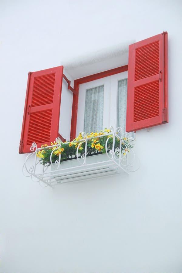 Externo abrió la ventana cerrada interna roja y blanca con la pared blanca adornada con el flowerpod imagen de archivo