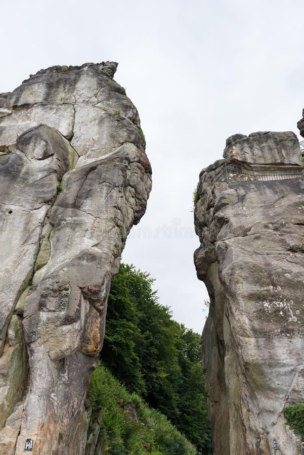 Externsteine alla traccia di escursione nella foresta di Teutoburg, a nord immagini stock libere da diritti