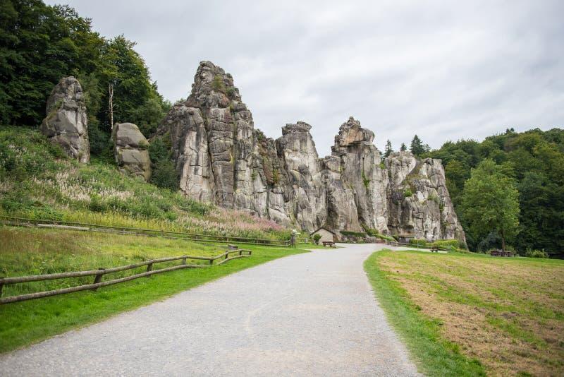Externsteine nel sentiero per pedoni nel legno di Teutoburger, Rhin del nord fotografia stock