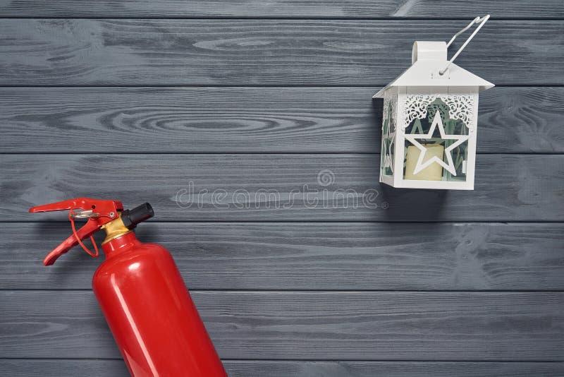 Extincteur et lanterne de bougie sur les planches en bois photographie stock libre de droits