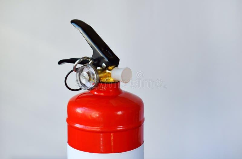 Extincteur rouge compact pour l'automobile ou maison sur le fond blanc Pour des urgences du feu photos libres de droits