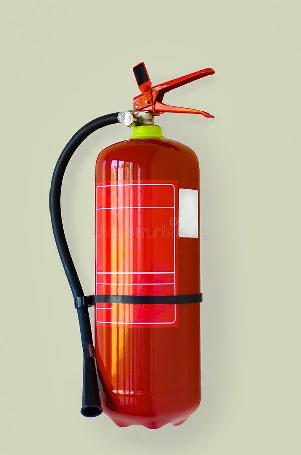 Extintor rojo en el fondo gris, disponible en emergencias del fuego imagen de archivo