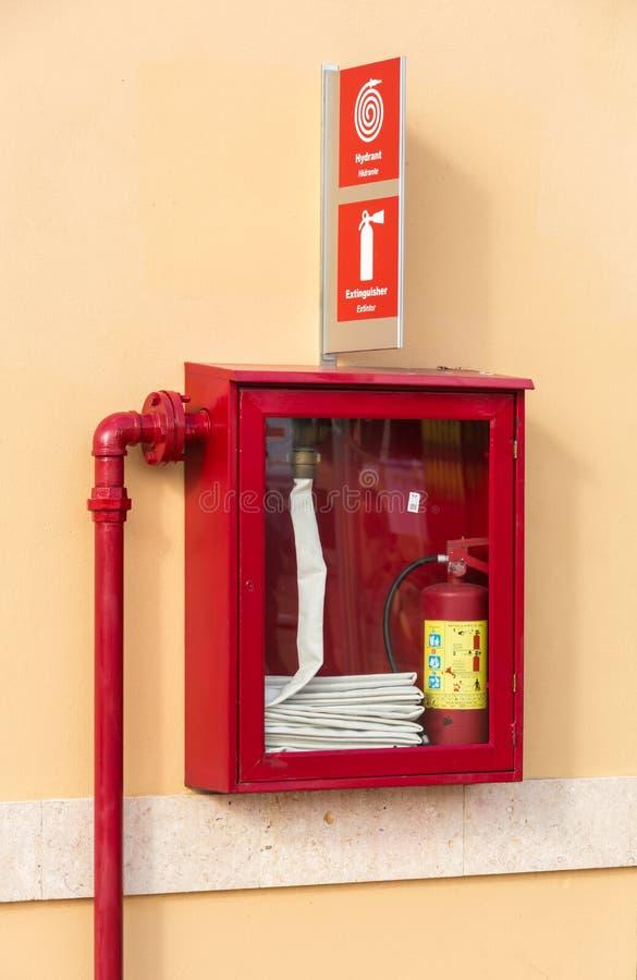 Extintor y boca de riego foto de archivo