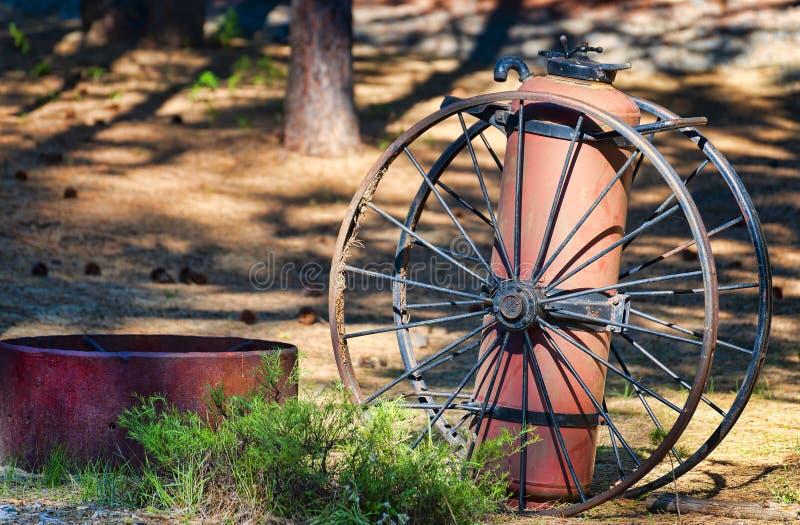 Extintor y ruedas de carro antiguos fotografía de archivo