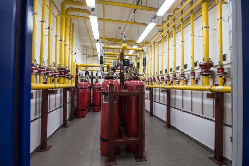 Extintores gigantes del argón en un estante en un ro del servidor del ordenador imagen de archivo libre de regalías