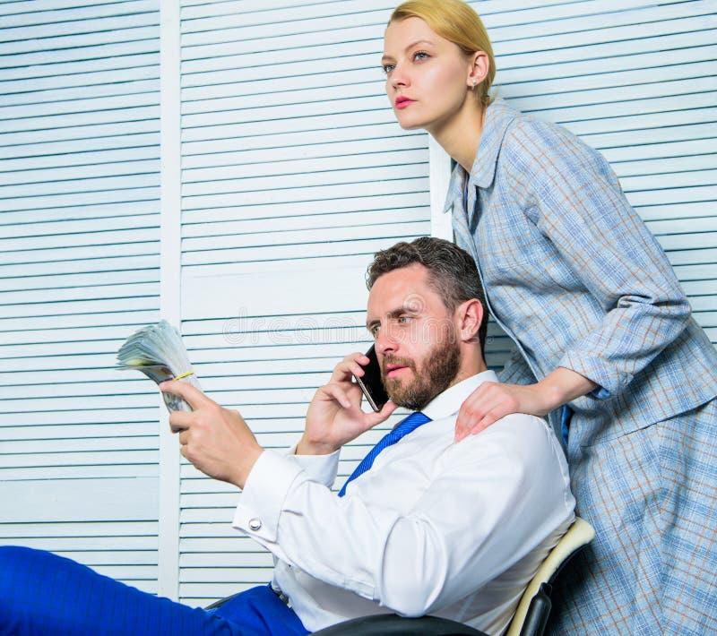 Extorsion de chantage et d'argent Concept illégal de bénéfice d'argent L'homme parlent le téléphone portable pour demander l'arge image libre de droits
