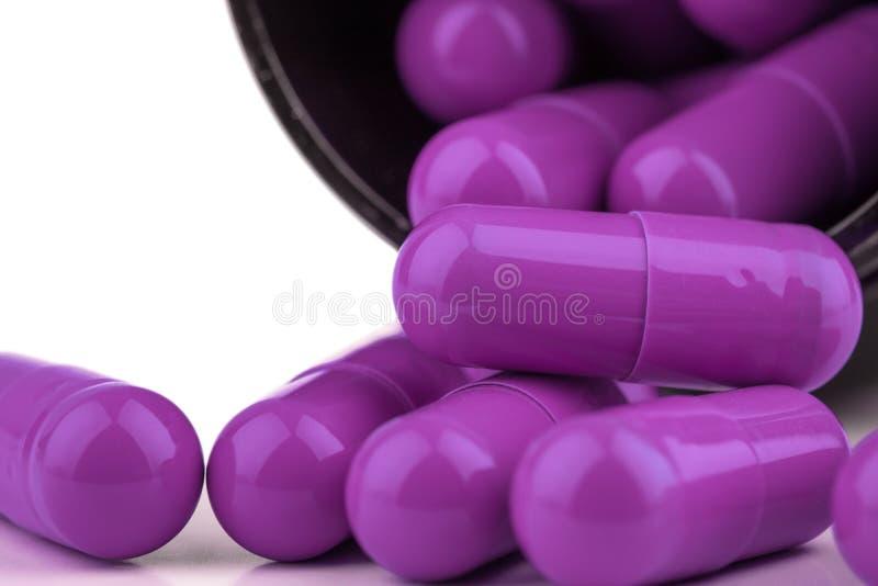 Extrémité étroite des capsules pourpres génériques de médecine de supplément image libre de droits