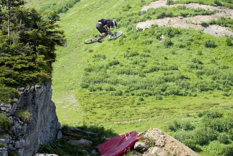 Extrémité de Freeride de saut de Mountainbiker photo stock