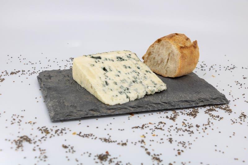 Extrémité de repas en France, le fromage rustique et la tranche de baguette photo stock