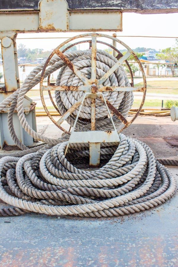 Extrémité de Ropeknotted attachée autour de/corde nautique d'amarrage images stock