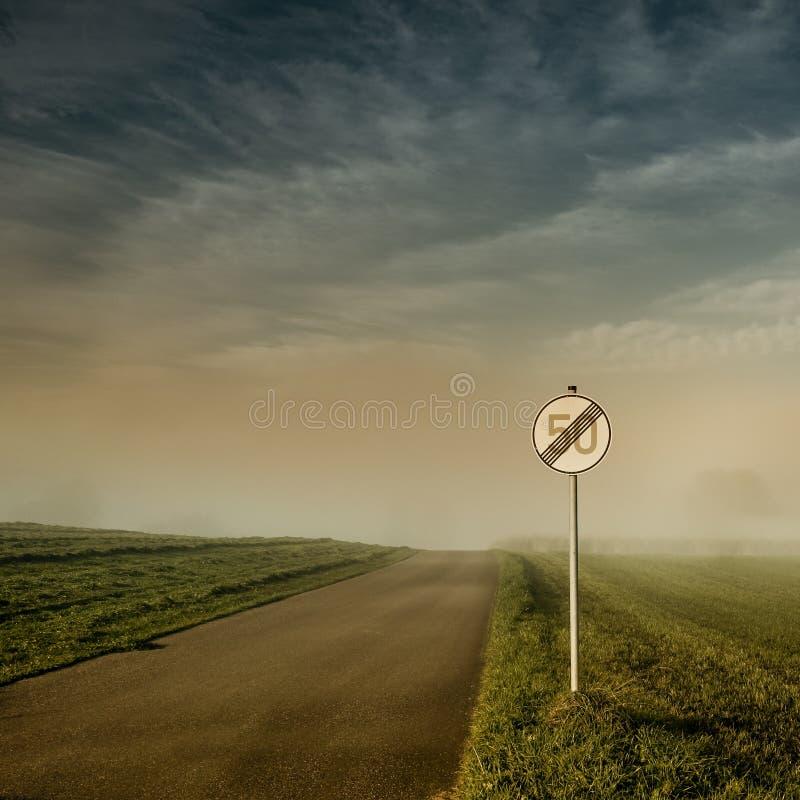 Extrémité de signe de la limitation de vitesse 50 images stock