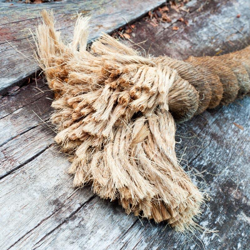 Extrémité effilochée de corde de sisal se trouvant sur le bois superficiel par les agents photo stock