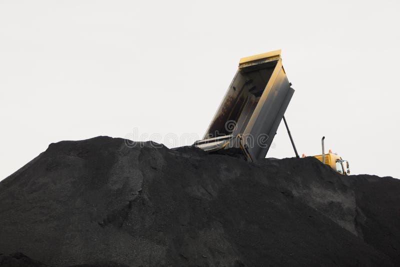 Extração de carvão em um poço aberto Pilha de partes pretas de carvão imagens de stock royalty free
