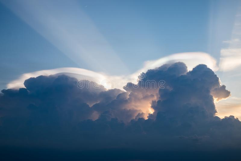 Extraño colorido del brillo del arco iris de la nube en el cielo imagen de archivo
