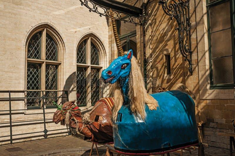 Extraño y un pequeños unicornio y camello asustadizos coloreó las figuras, usadas en festividades en Bruselas foto de archivo libre de regalías