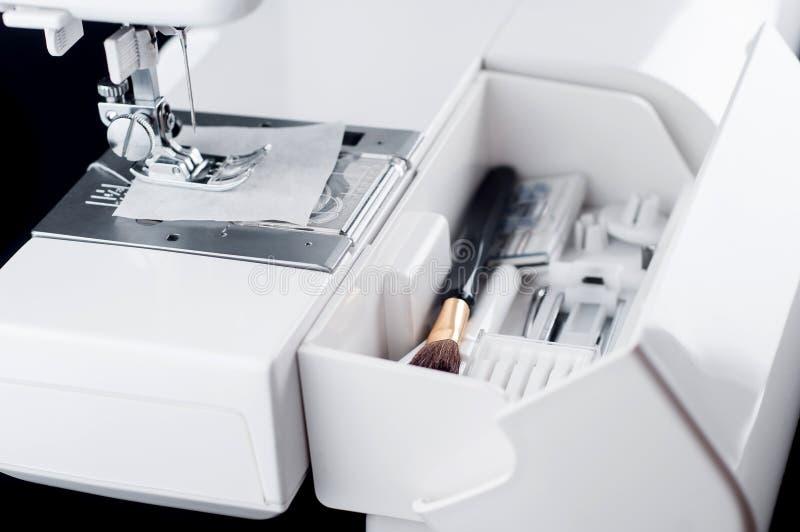 Extra avdelning i en modern symaskin för hjälpsaker royaltyfria bilder