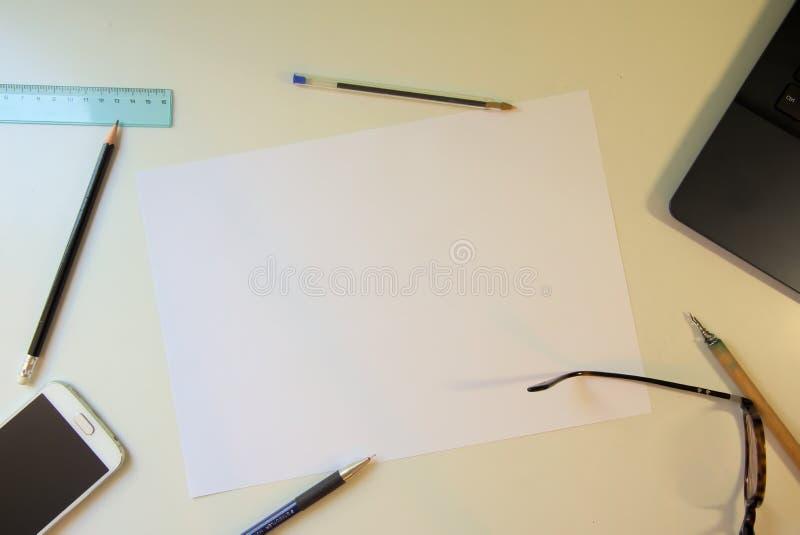 extra bakgrundsaffärsformat skrivbord och vitbok arkivbilder
