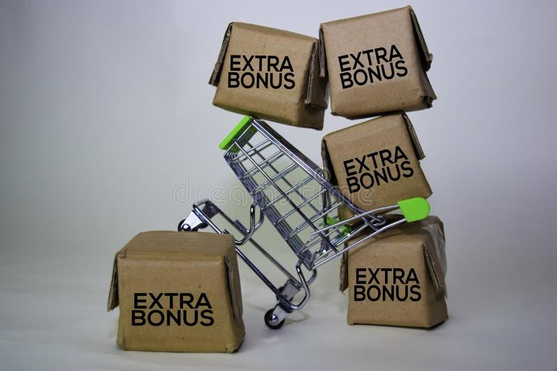 Extra Bonus Text in Kleinkisten und Einkaufswagen Konzepte zum Online-Shopping Isoliert auf weißem Hintergrund stockfotografie