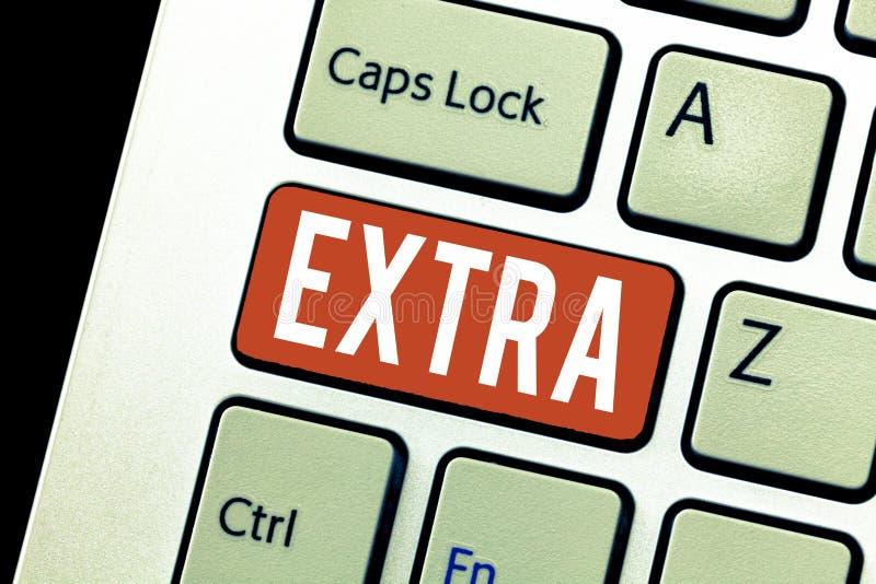 Extra handschrifttekst De conceptenbetekenis aan bestaand of gebruikelijk normaal die bedragaantal daarnaast wordt toegevoegd gee royalty-vrije stock afbeelding