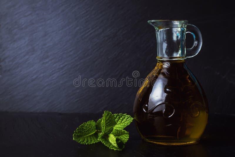 Extra jungfrulig olivolja i en glass krus arkivbild