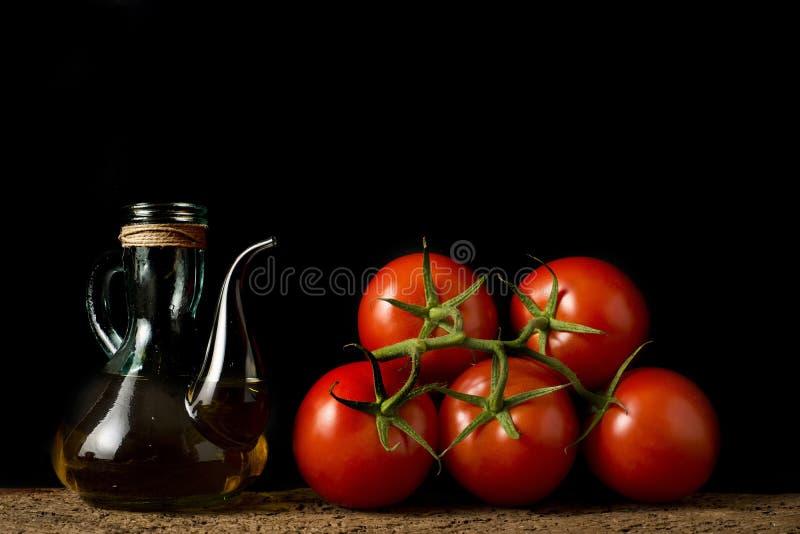 Extra jungfrulig olivolja och nya tomater arkivfoton