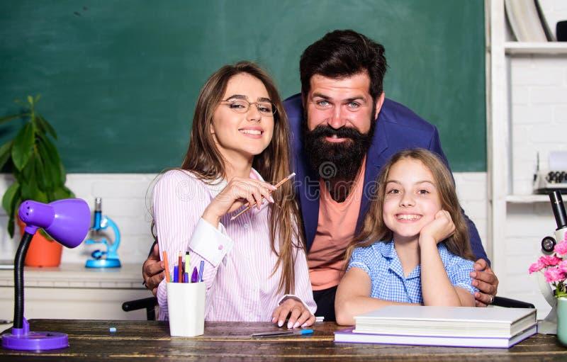 Extra klassen Gegeven kind Klein meisje dat studeert met een team van leraren Privé les met leraren Thuisonderricht stock fotografie