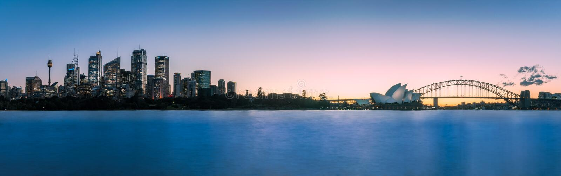 Extra-weites Panorama von Sydney Harbour nach Sonnenuntergang stockbild