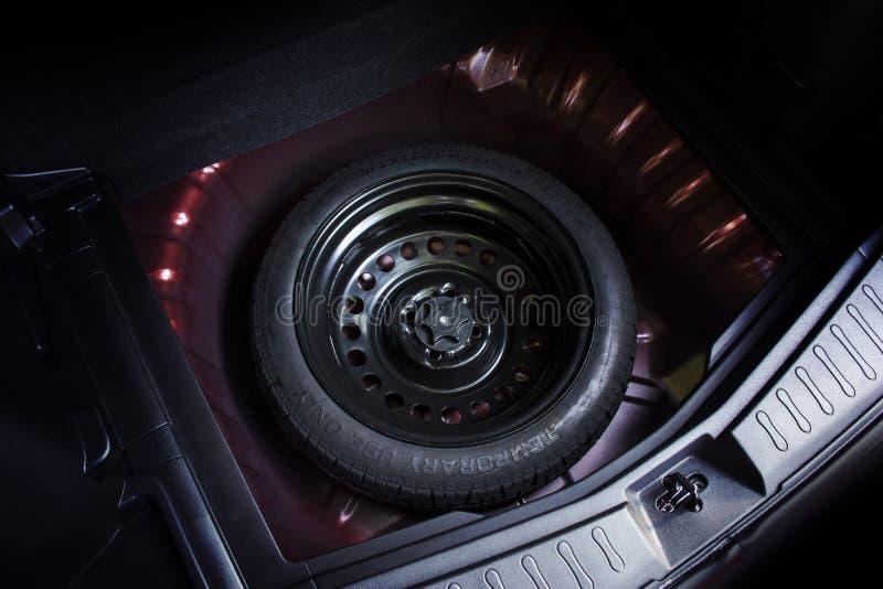Extra wiel in een auto royalty-vrije stock afbeelding